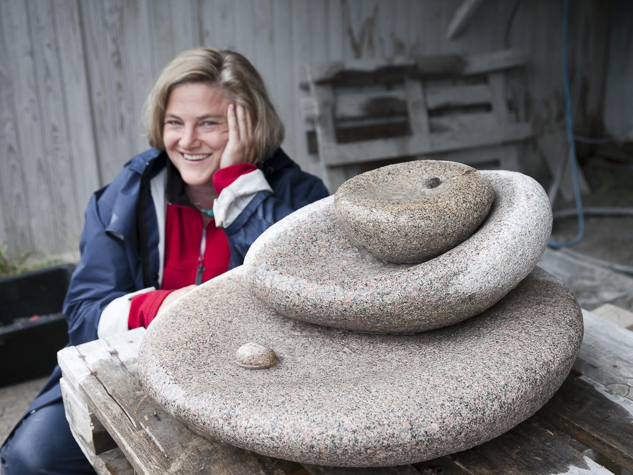 Ingrid Lindberg framför sitt fågelbad