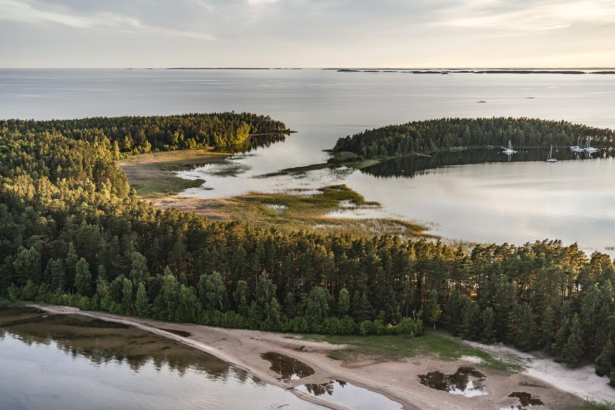 Brommö i Vänern med Djurö och Vänersnäs i fjärran