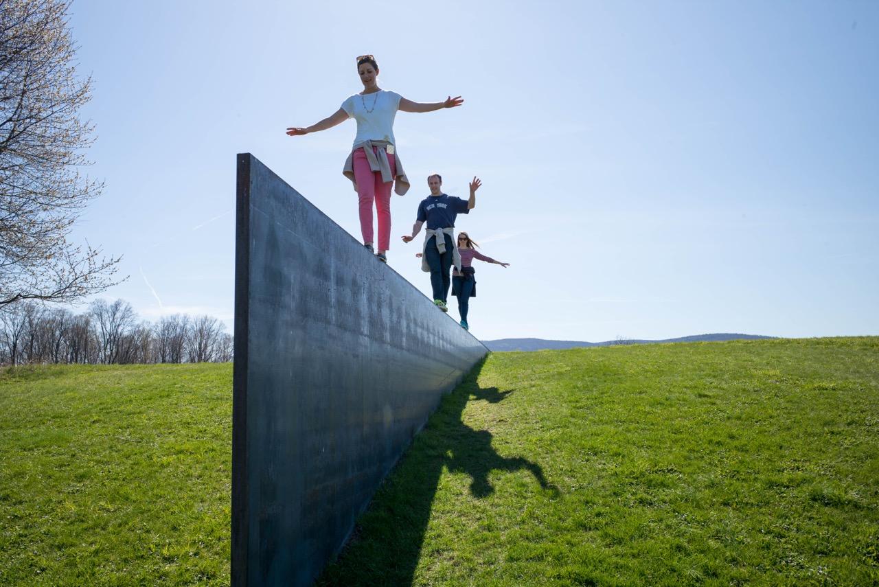 Richard Serra balance-beaming