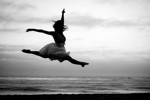 ballet-beach-black-and-white-dance-Favim.com-517990.jpg