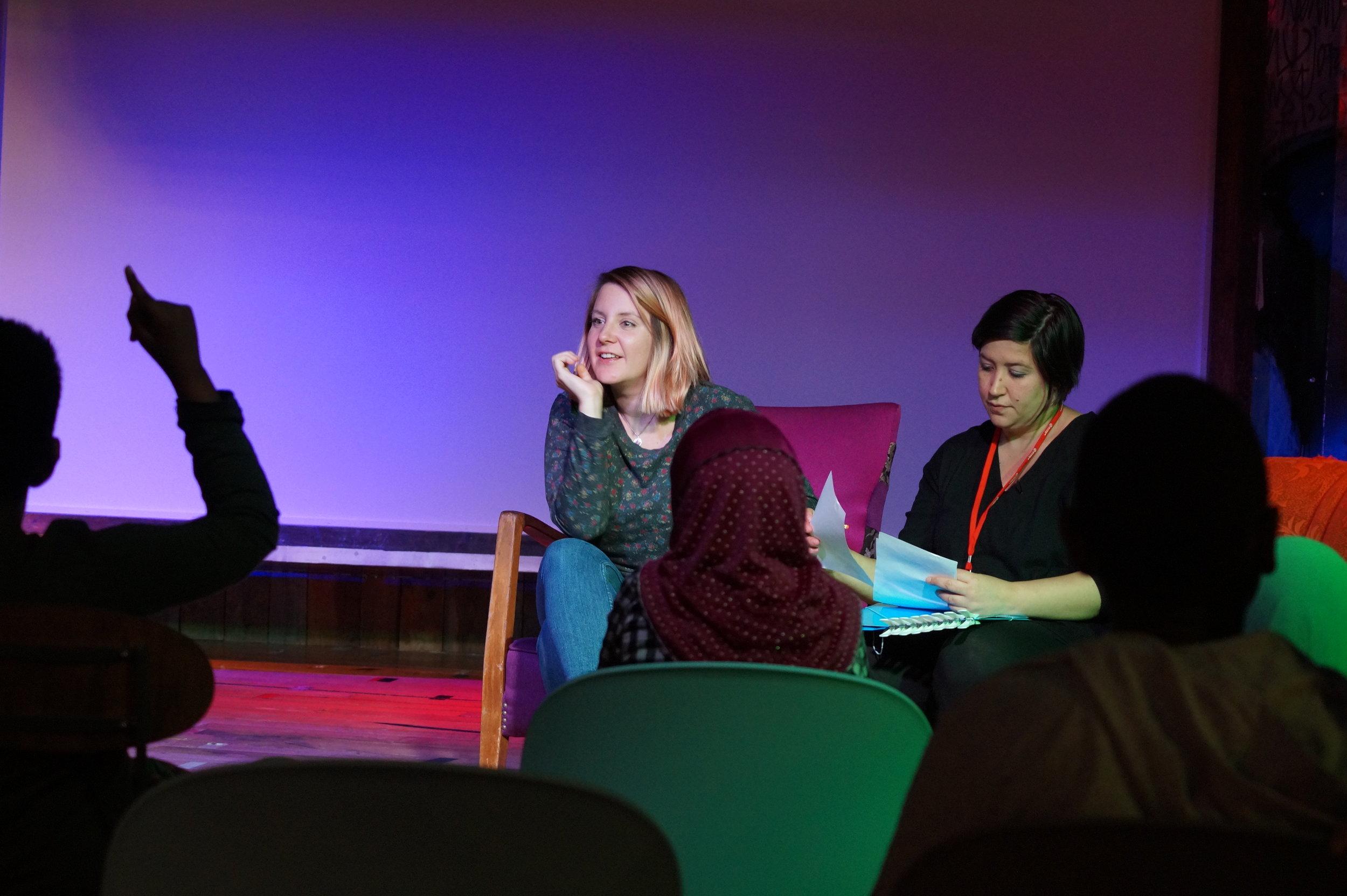 Therese Byhring og Merete Grimeland fra World Wide Narrative hadde en samtale med barna etter filmene om funksjonsnedsettelse.