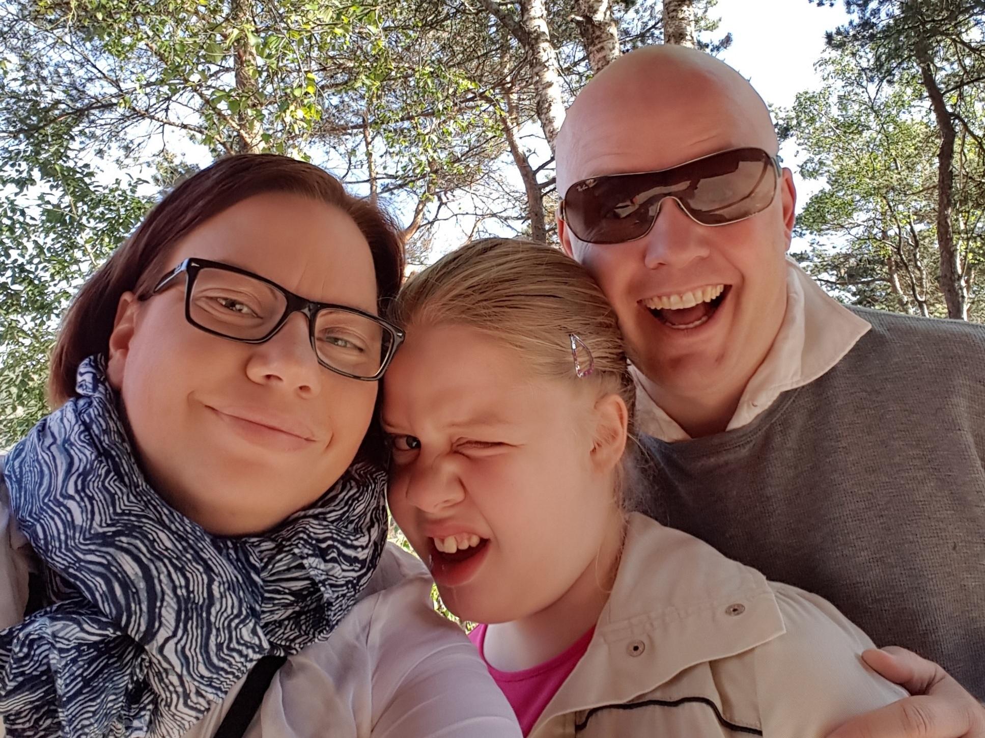 Ulrikke Tranberg (t.v) og hennes familie er med i filmen Det kjæreste (2012). Les mer om hennes forventninger til Abloom Filmfestival 2016 lenger nede i artikkelen. På bildet ser du også datteren Elena og ektemannen Kjetil Olsen. FOTO: Privat