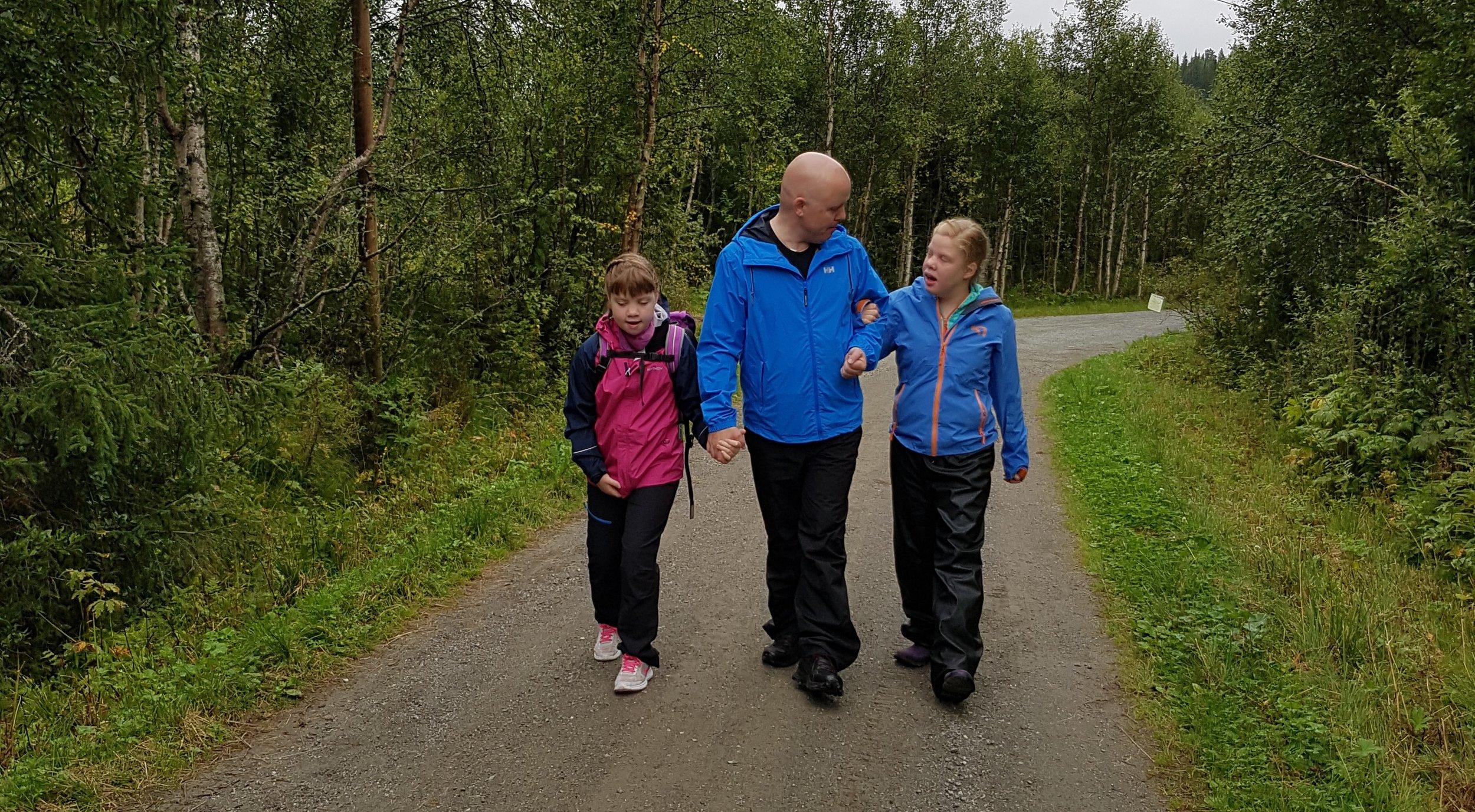 Pappa Kjetil Olsen sammen med døtrene Constance Amalie (t.v) og Elena på tur.