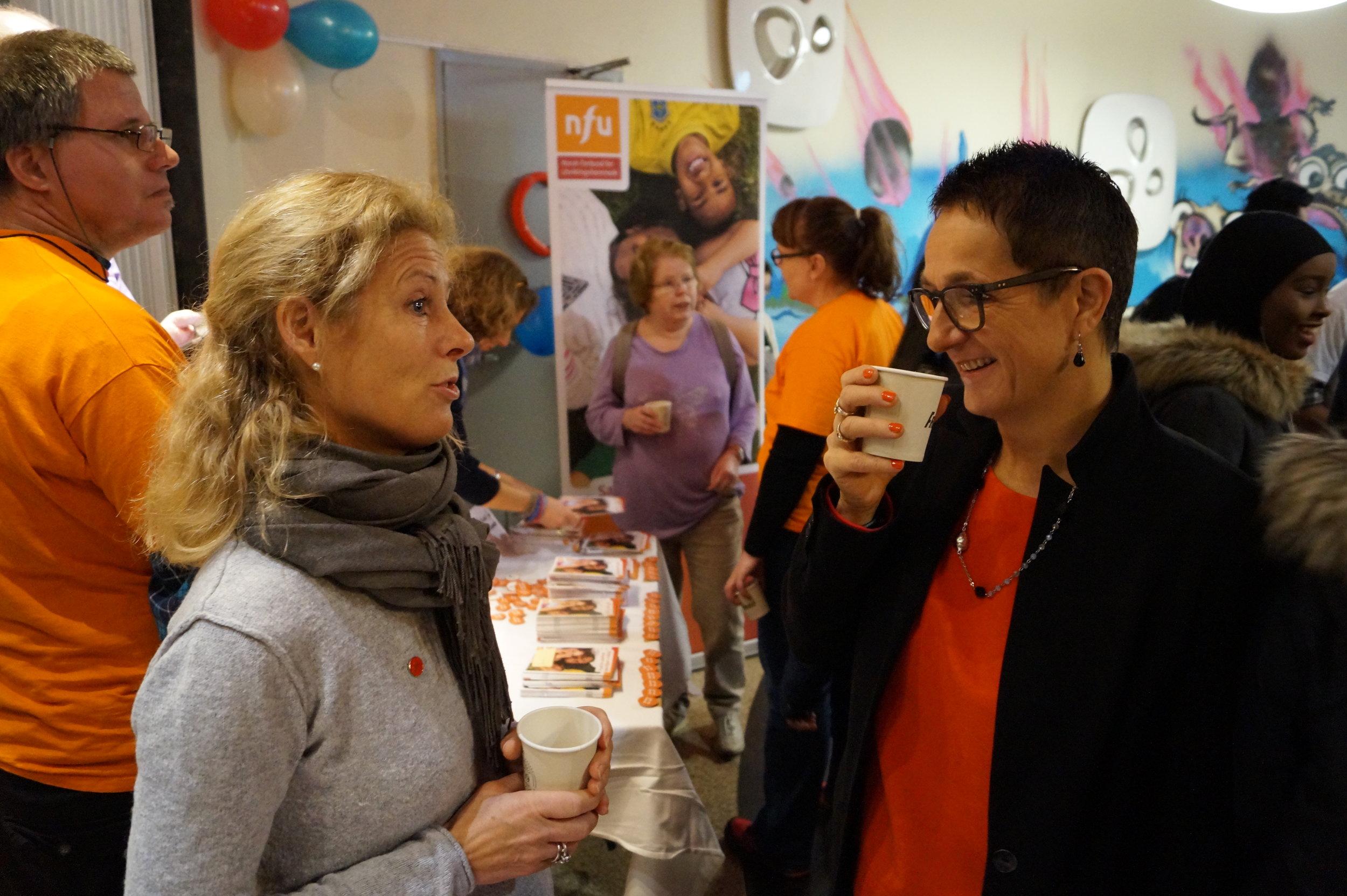 Siri Gjesdal (t.h) fra Barns Beste var en av innlederne på konferansen. Her i samtale med representanten fra Home Start.