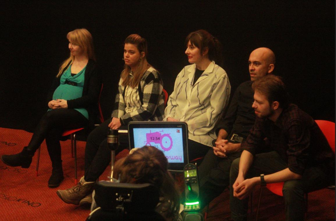 """Panelsamtale med blant annet Tine Verdandi (lærer og deltaker i filmen """"Unge tanker om arbeidsliv""""), Tamarin Varner fra Unge Funksjonshemmede, Marianne Kleiven fra Snöball Film og Jihad Mourad (regissør av filmen """"Snakkemaskin"""")."""