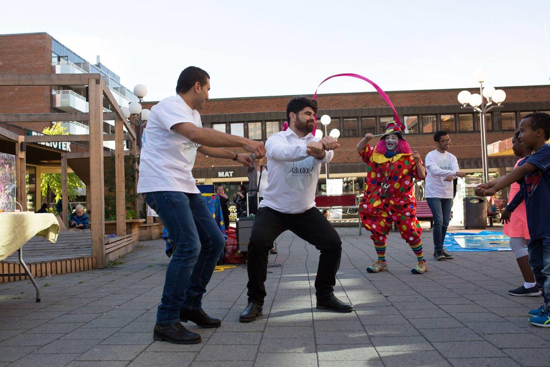 Flyktninger fra Syria og andre frivillige sto for underholdning og leker underveis i arrangementet, som varte fra kl 10 til kl 14.Fra forrige Mini Abloom 2. september 2016.