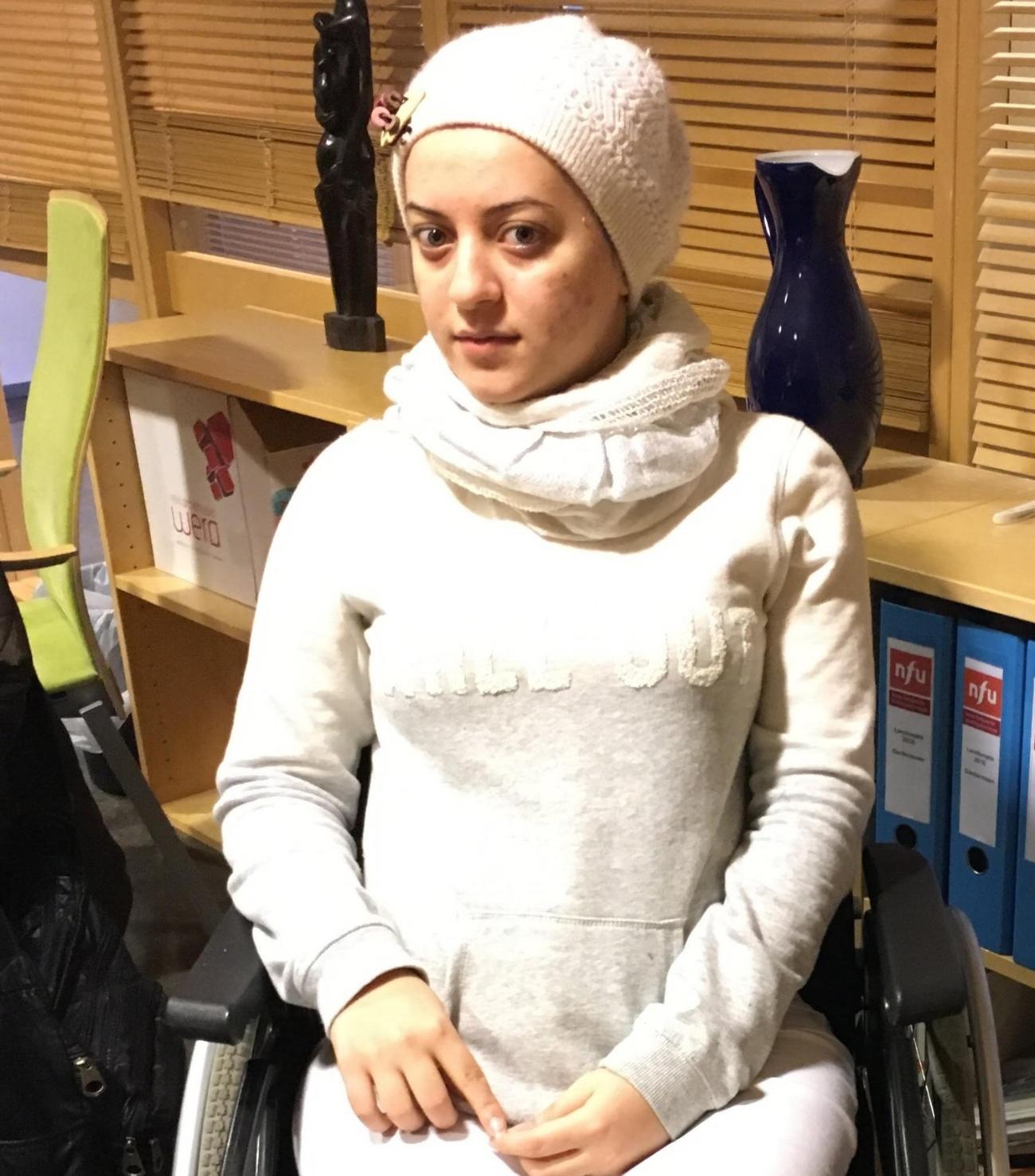 Salwa fra Aleppo ble skutt i ryggen da hun var 16. Nå er hun, moren og søstrene endelig i Norge. Sammen kan vi sørge for at personer som Salwa får en god fremtid i landet vårt.