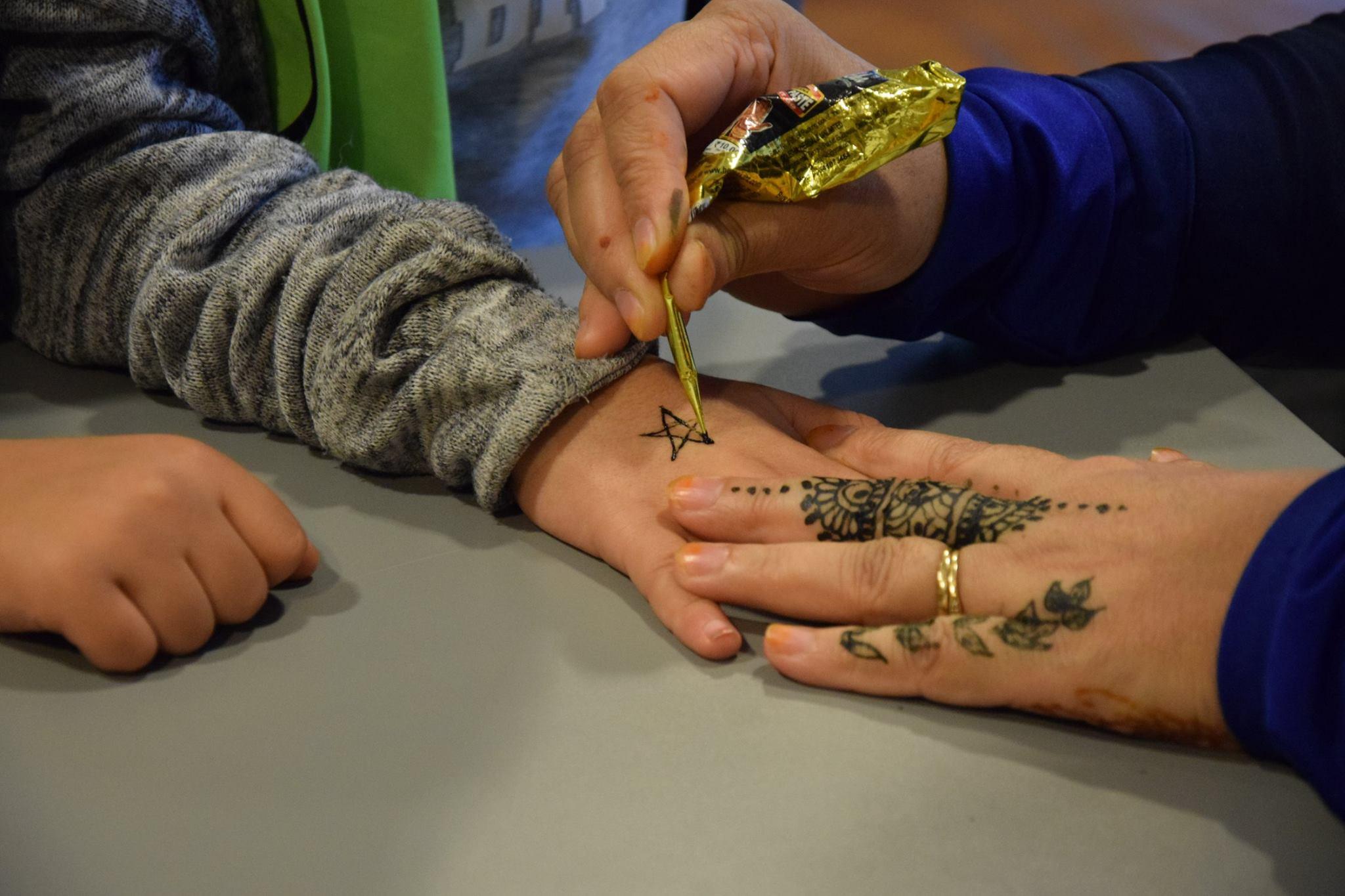 Barna elsker hennamaling, og vi har våre eksperter som stiller opp for å dekorere bar