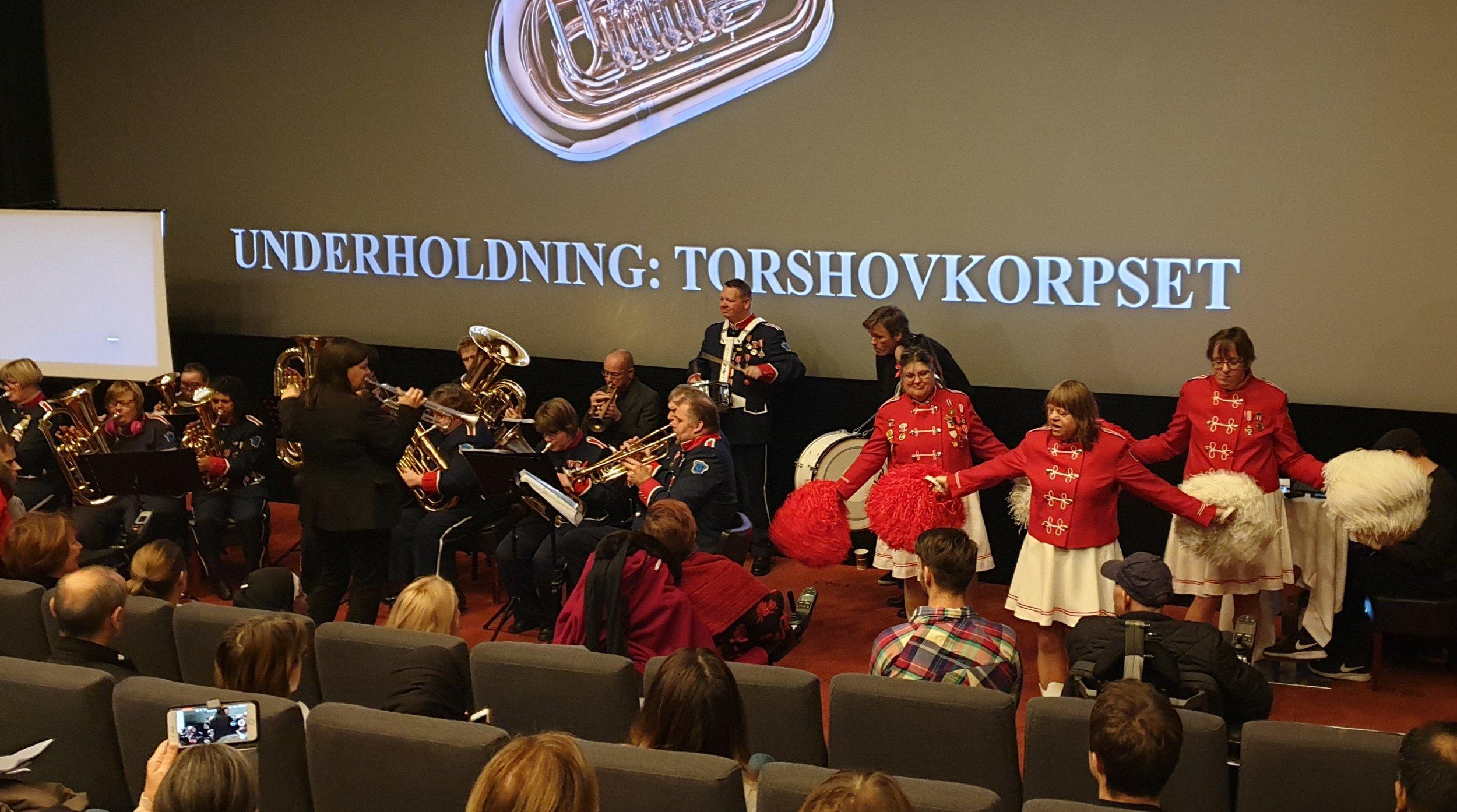 Torshovkorpset imponerte alle med fantastisk musikk og bevegelser med pom poms.