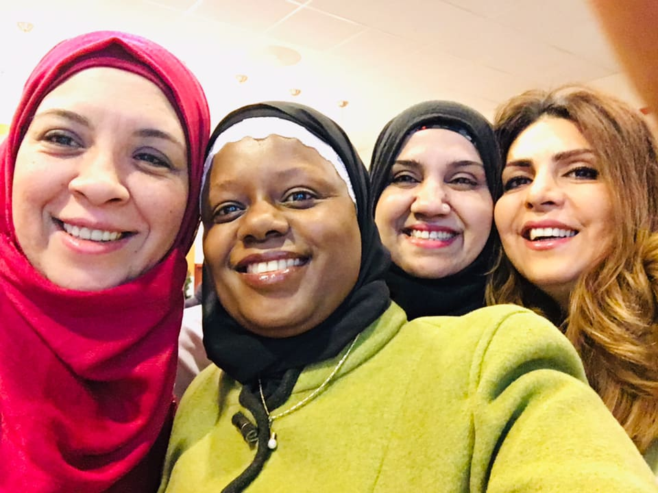 Faridah sammen med noen av Ablooms engasjerte og venner.