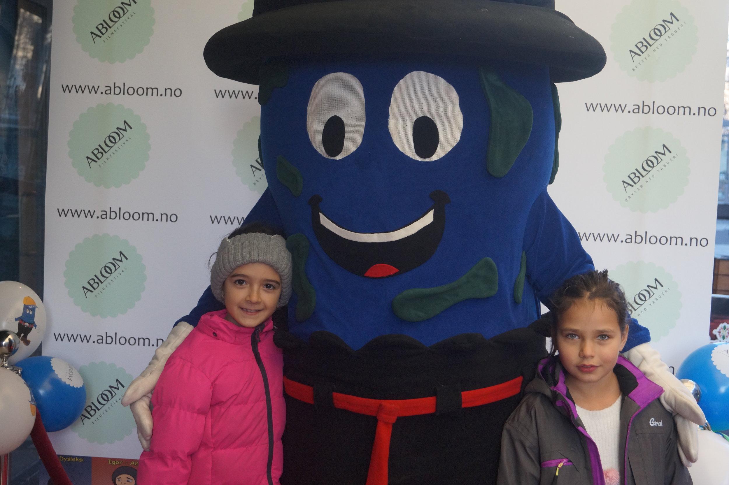 Venninnene Mariam og Vanessa (8) gledet seg til å se filmen Småfot på Familiedagen under Abloom film-festival.