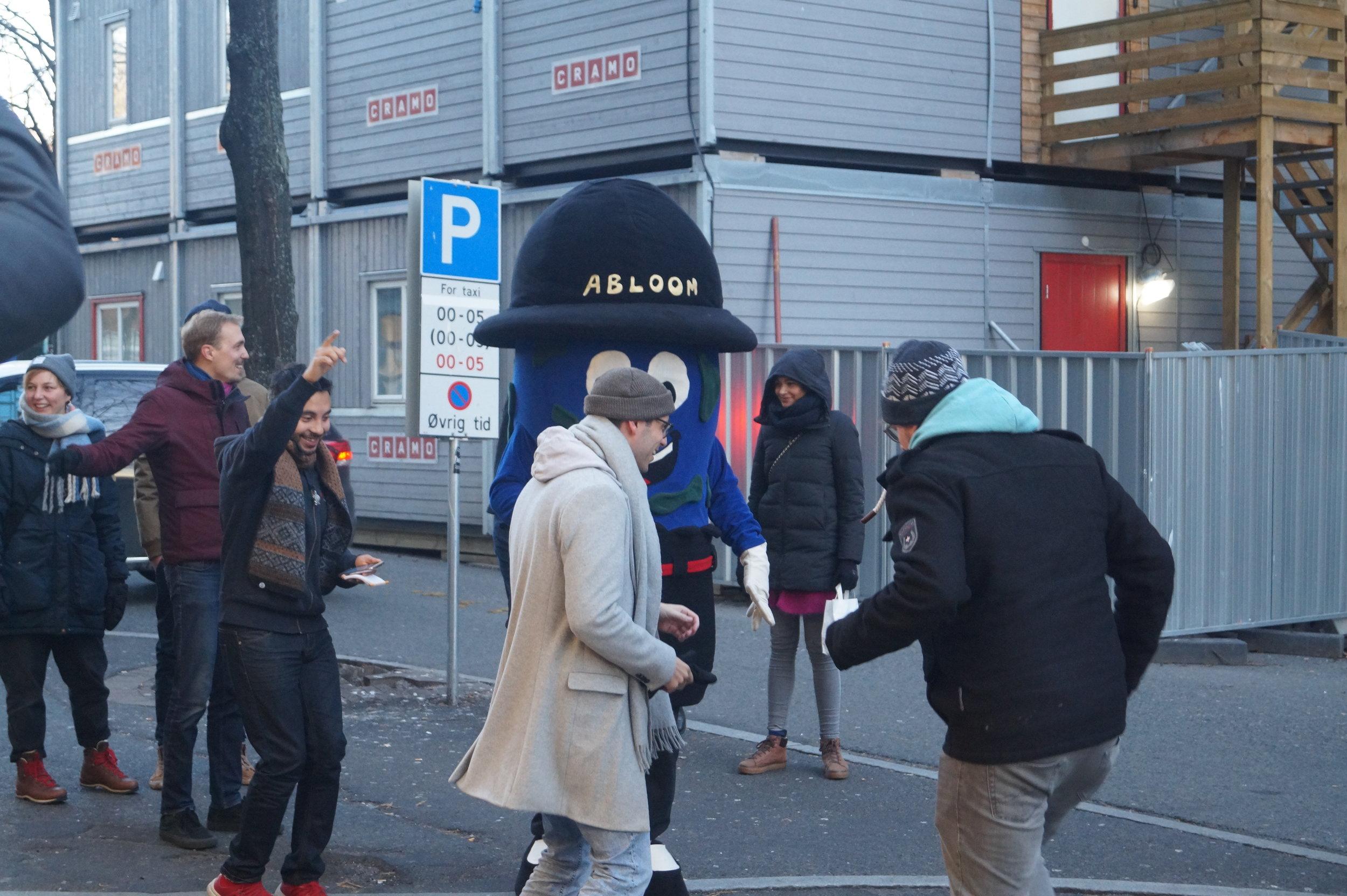 Dansering: Folk lot seg sjarmere av maskoten Abloom.