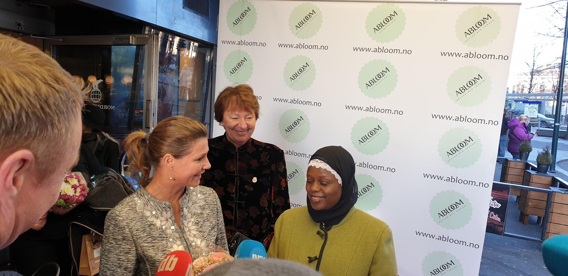 Abloom-leder Faridah tok imot Prinsesse Märtha Louise og ordfører Marianne Borgen (SV). Foto: Bjørn Lecomte