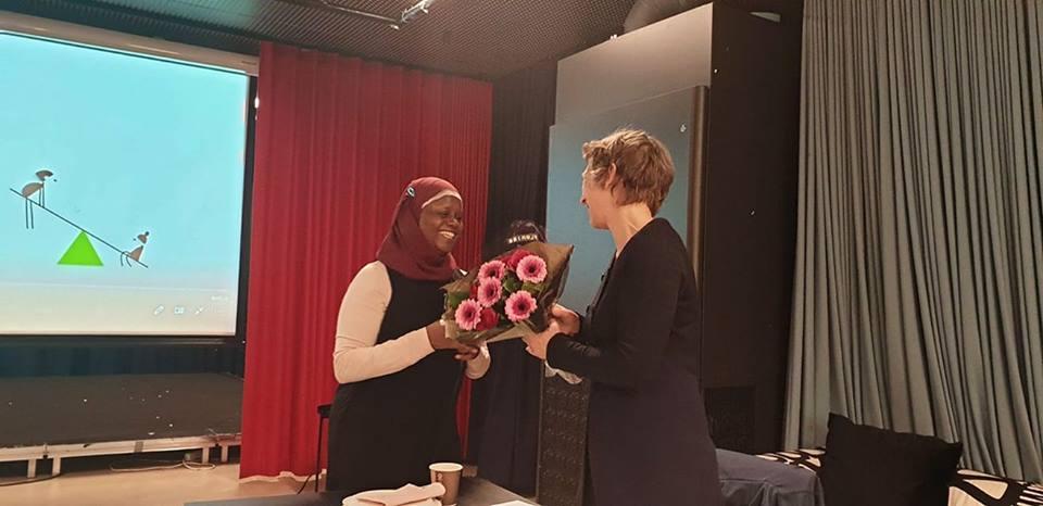 Abloom takker NTNU-forsker Berit Berg for all hjelp, oppmuntring og den enorme faglige tyngden hun bidrar med. Her mottar hun en velfortjent blomst fra Abloom-leder Faridah etter å ha ledet workshopen 11. februar.