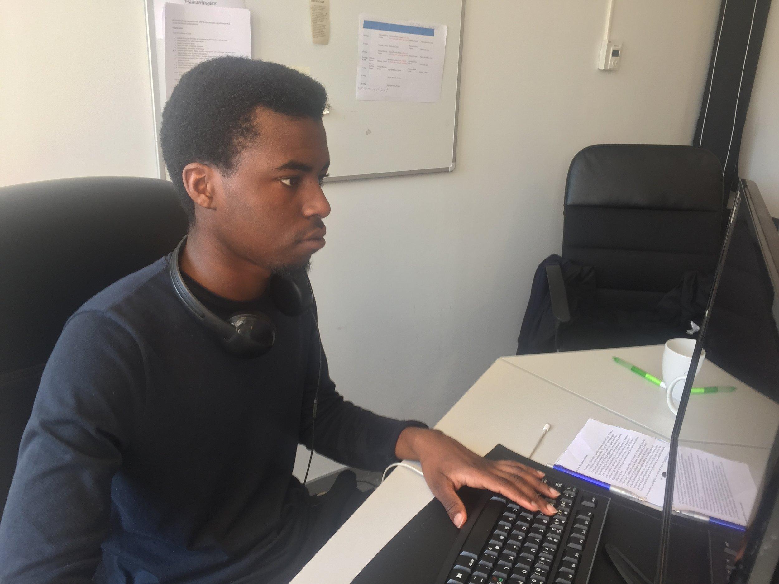 Mohsin hjelper til med å få Abloom å gå rundt, og jobber en del på PC.