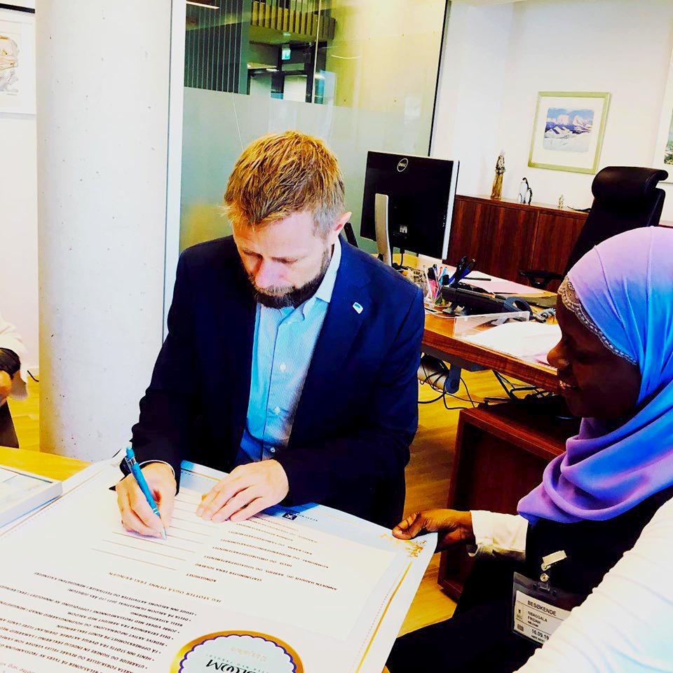 Bent Høie skriver under på erklæringen.