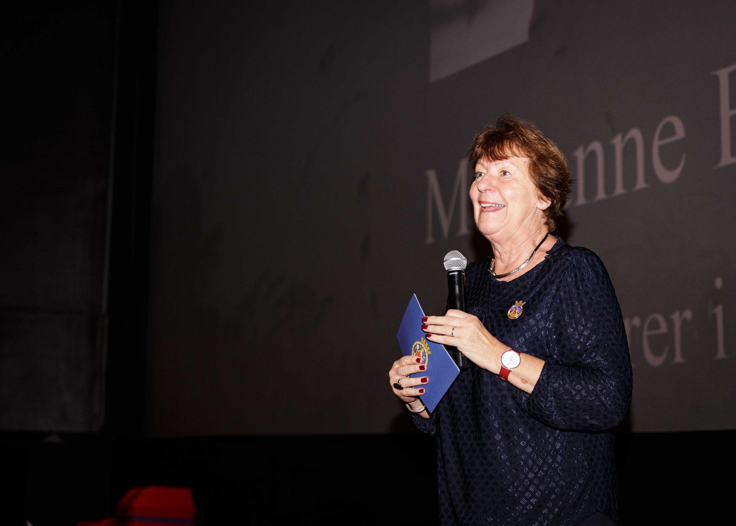 Ordfører Marianne Borgen fremførte blant annet frem et spesialskrevet dikt til festivaldirektør Faridah Shakoot Nabaggala. Foto: Alf Andreas Grønli Simensen.