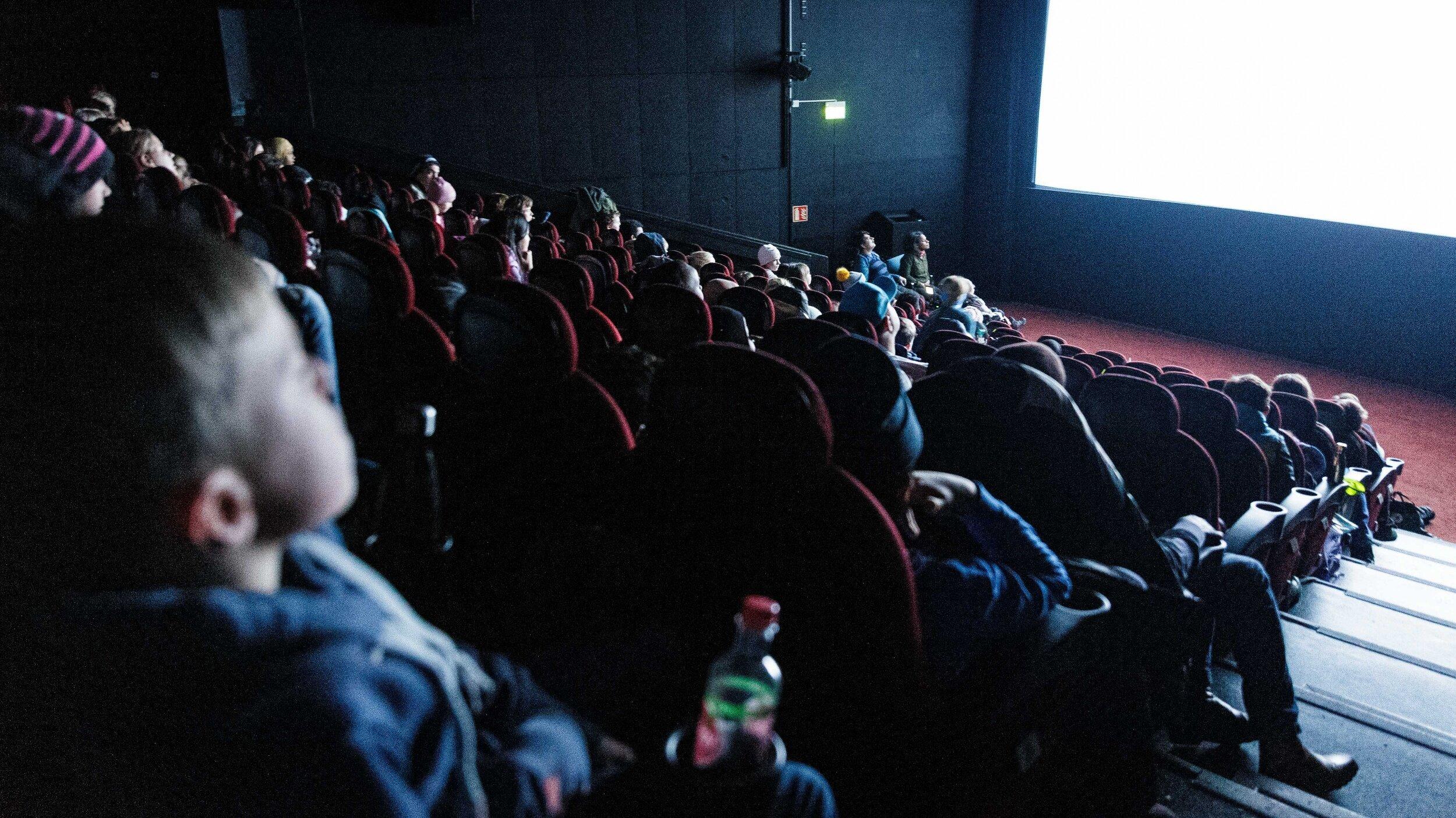 Et medrevet publikum følger med på visningen. Foto: Alf Andreas Grønli Simensen.