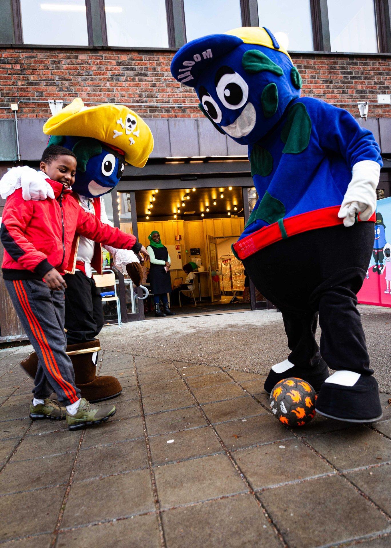 Flere ville både danse og spille ball med Abloom. Foto: Alf Andreas Grønli Simensen.