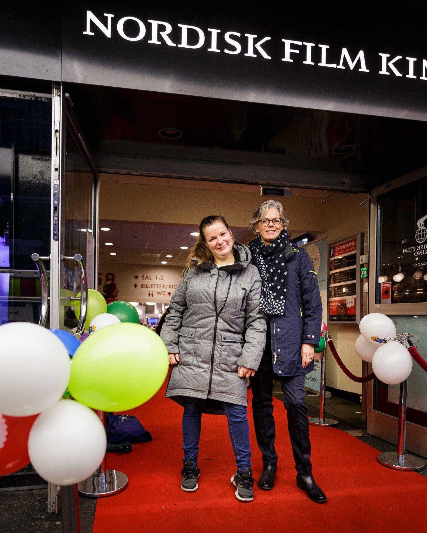 Maud og Anita Sjøstrøm utenfor Saga kino, under årets fagkonferanse på Abloom filmfestival. Foto: Alf Andreas Grønli Simensen.