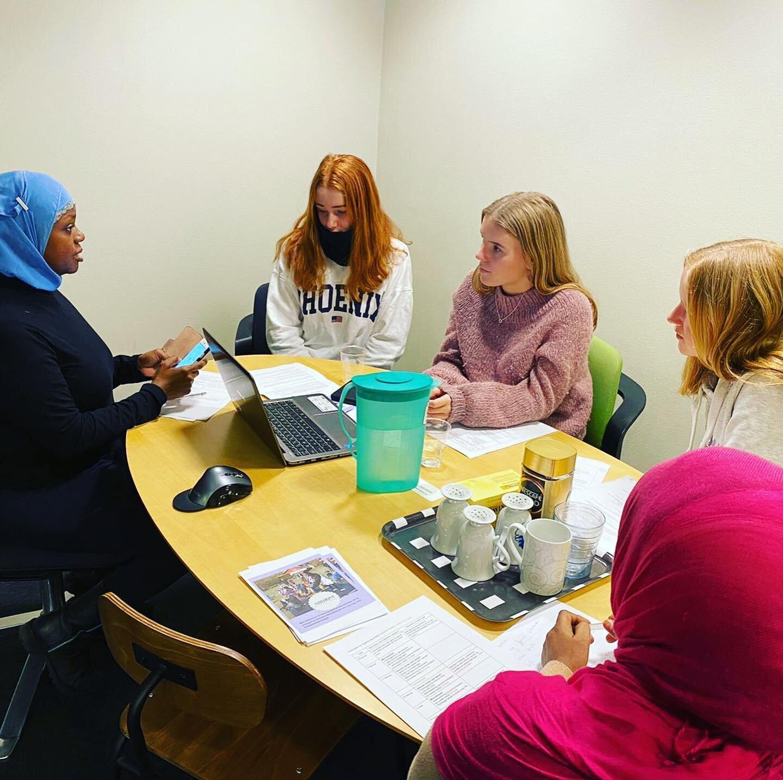 Ablooms leder og grunnlegger Faridah Nabaggala i møte med ungdommer fra Hoveseter ungdomsskole.
