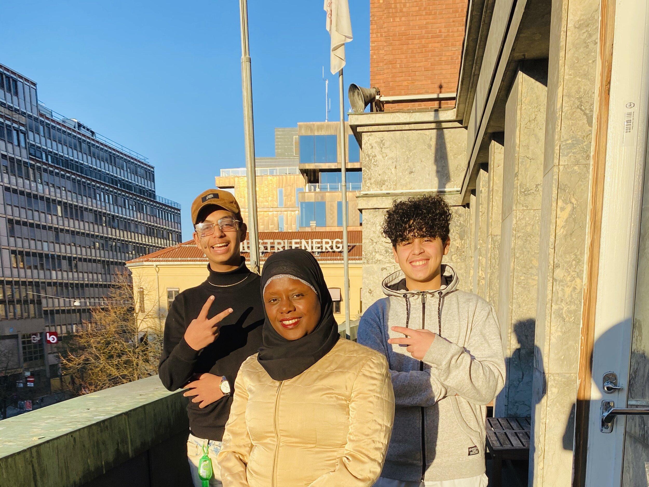 Emu og Abu sammen med festivaldirektør, Faridah, på Ablooms kontorer.