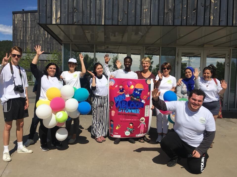 Glade og ivrige Abloom-frivillige under Mini Abloom på Rommen skole 2018. Tema for pop-up festivalen var universell utforming.