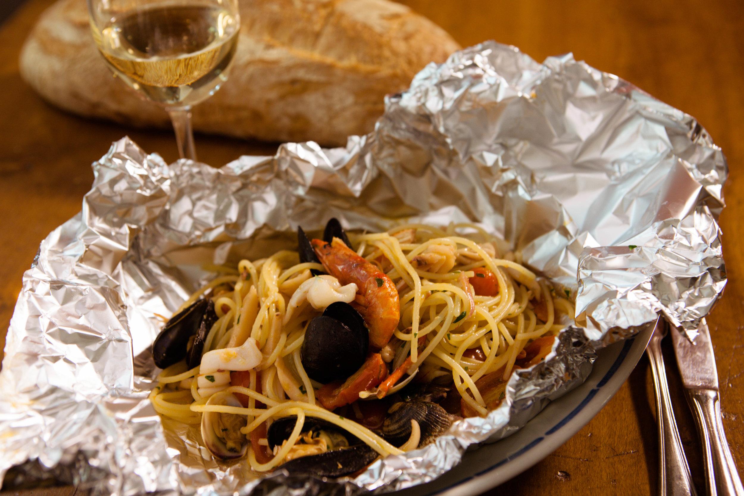 SpaghettiAlCartoccio-FruttiDiMare-TrattoriaDelPescatore.jpg