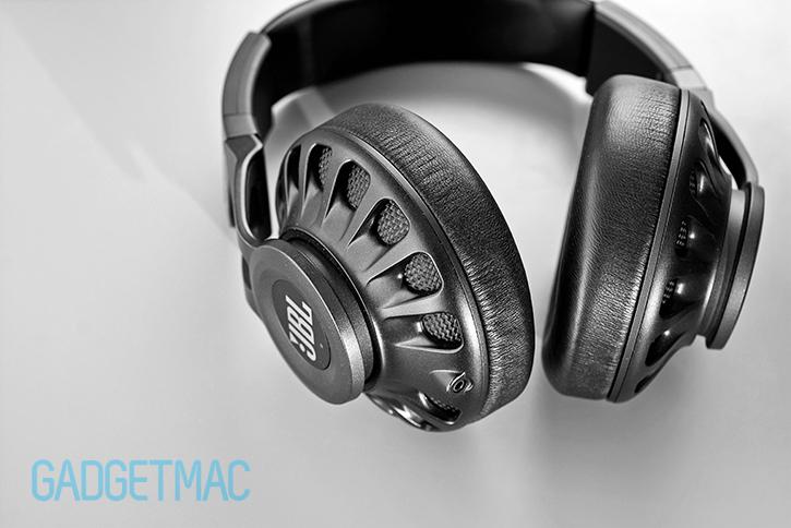 jbl_synchros_s700_headphones_audio_charging_input.jpg
