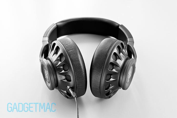 jbl_synchros_s700_headphones_bottom.jpg
