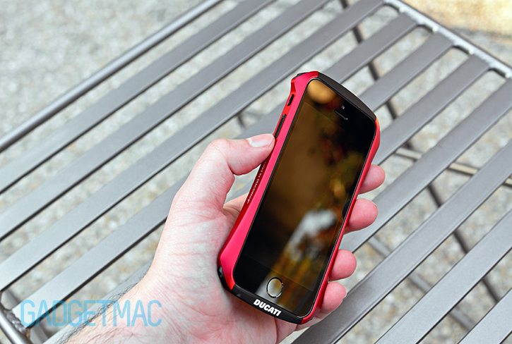 draco_design_ventare_a_aluminum_iphone_5s_bumper_case_in_hand.jpg