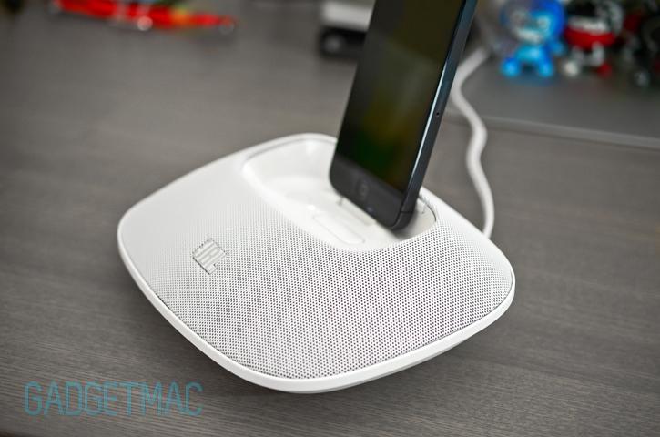 jbl_onbeat_micro_speaker_dock_iphone_5.jpg