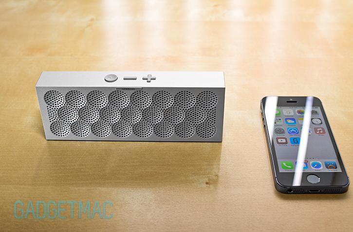 jawbone_mini_jambox_wireless_bluetooth_speaker_iphone_5s_silver_aluminum.jpg