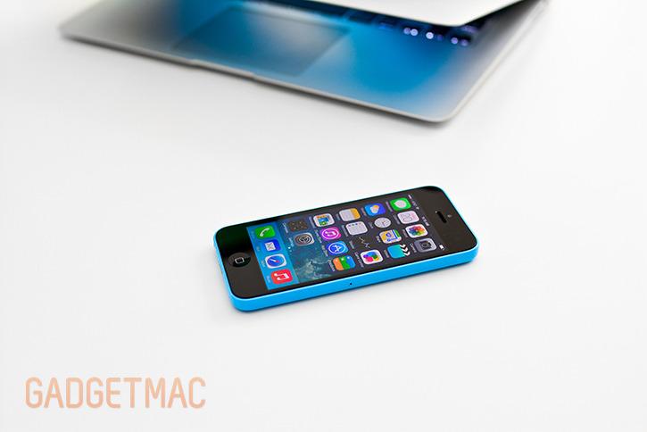 apple_iphone_5c_blue_hands_on_mac.jpg