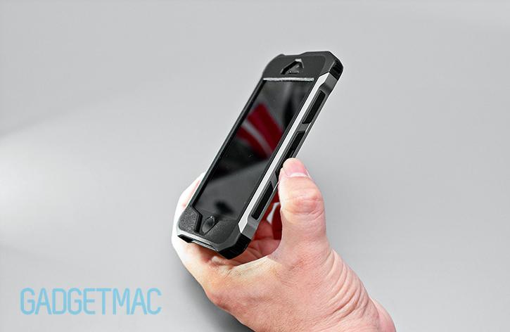 element_case_rogue_al_aluminum_carbon_fiber_iphone_5_5s_case_side_grip_detail_rails.jpg