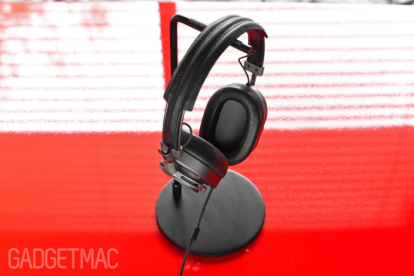 master_and_dynamic_minimalist_headphone_stand.jpg