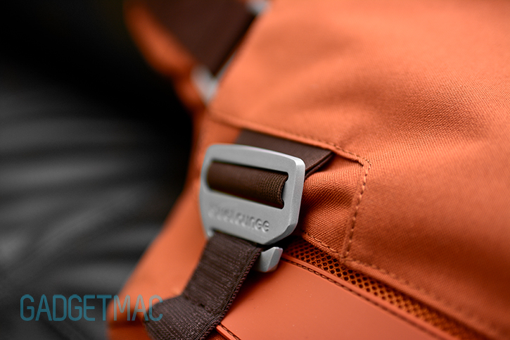 bluelounge_messenger_bag_rust_aluminum_buckle.jpg