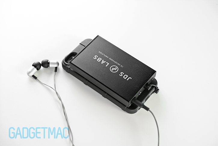 jds_labs_c5_headphone_amp_iphone_5s_attached_portable_setup.jpg
