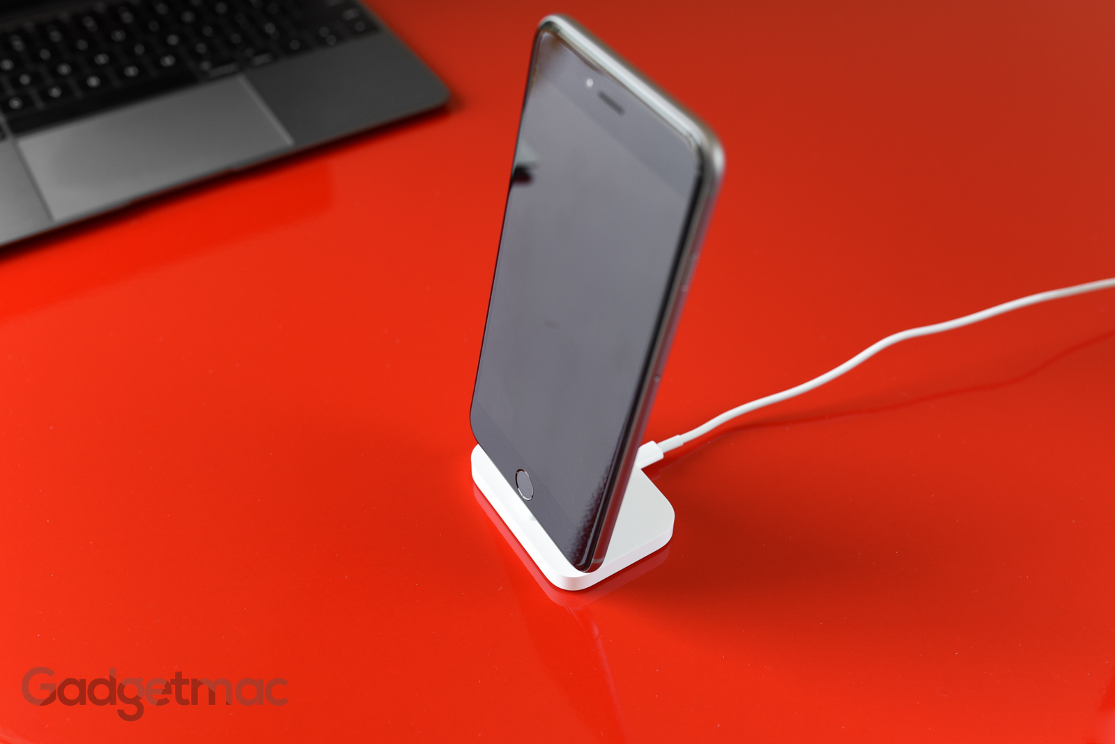 apple-iphone-lightning-dock-iphone-6-plus-charging.jpg
