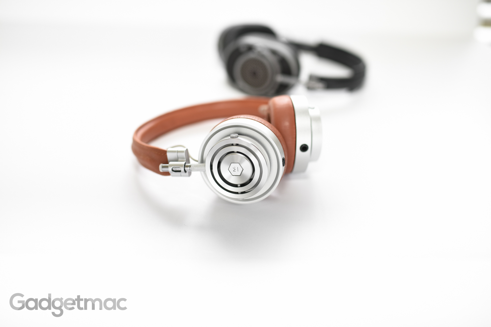 master_and_dynamic_mh30_headphones_brown_silver.jpg
