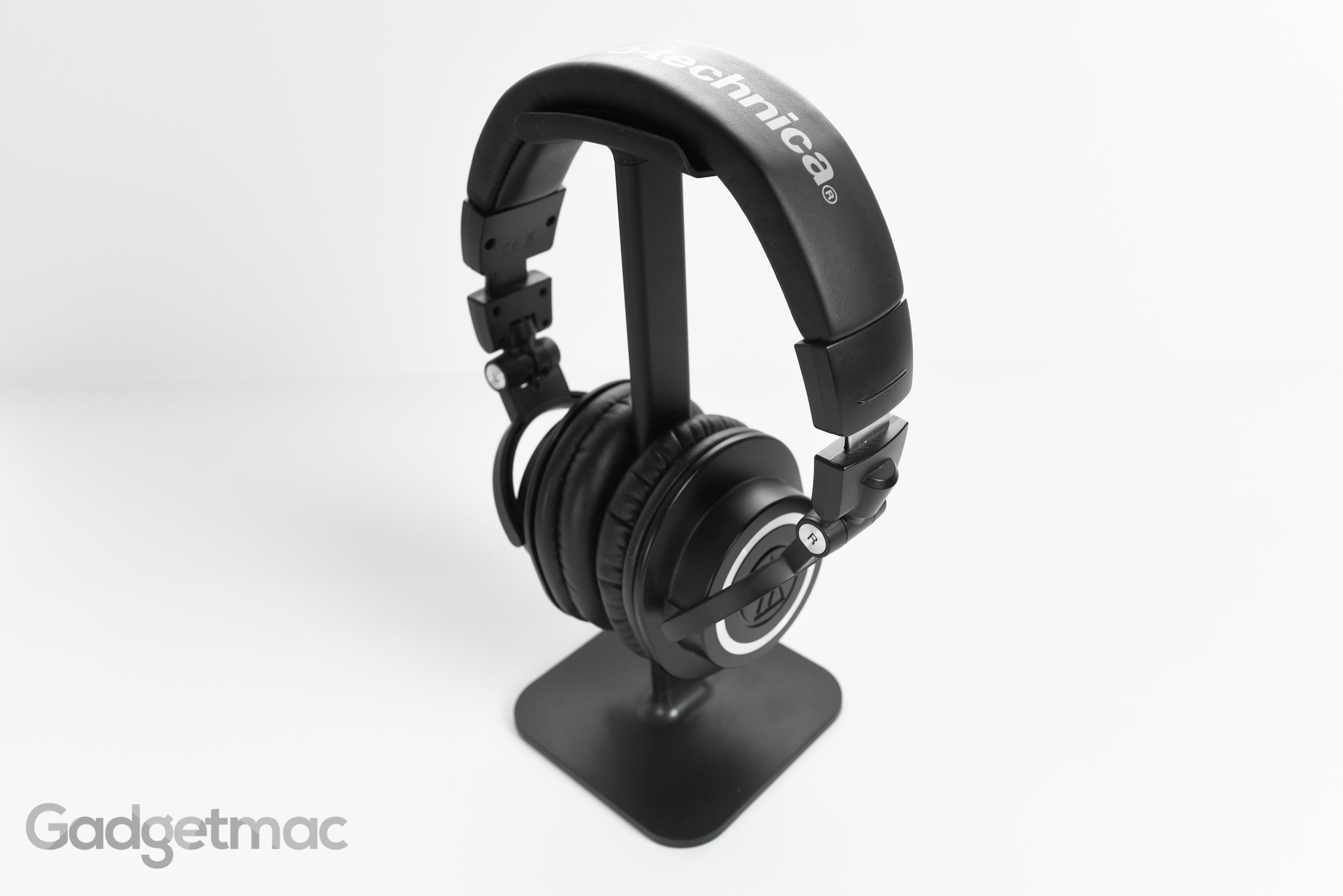 bluelounge_posto_headphone_stand_with_audio_technica_mh50x.jpg