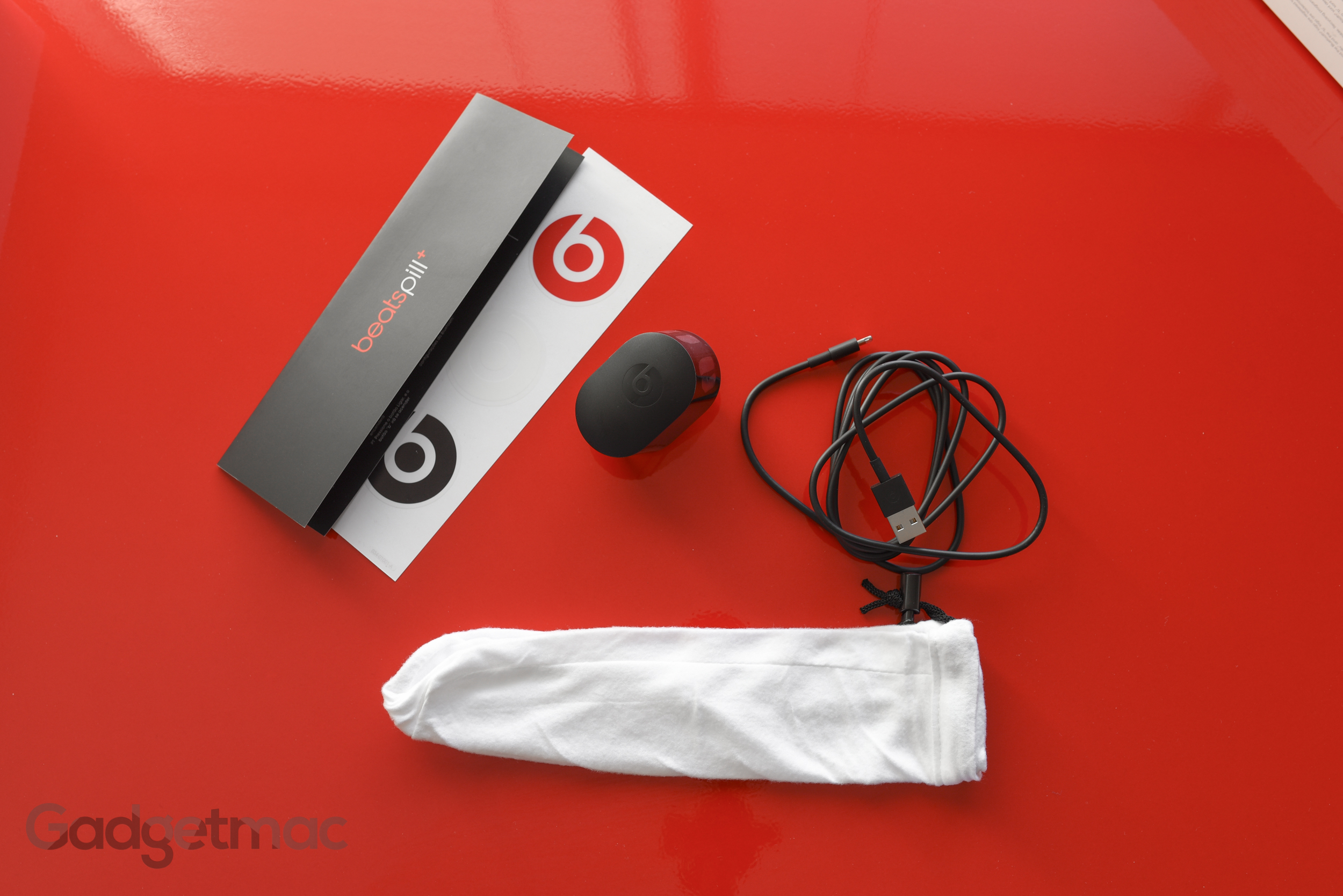 beats-pill-plus-included-accessories.jpg