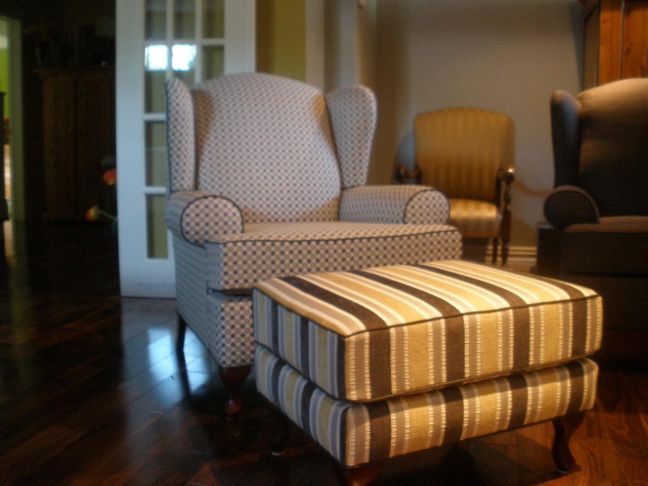 Rembourrage d'un fauteuil et de son pouf pour leur redonner leur beauté et leur confort.