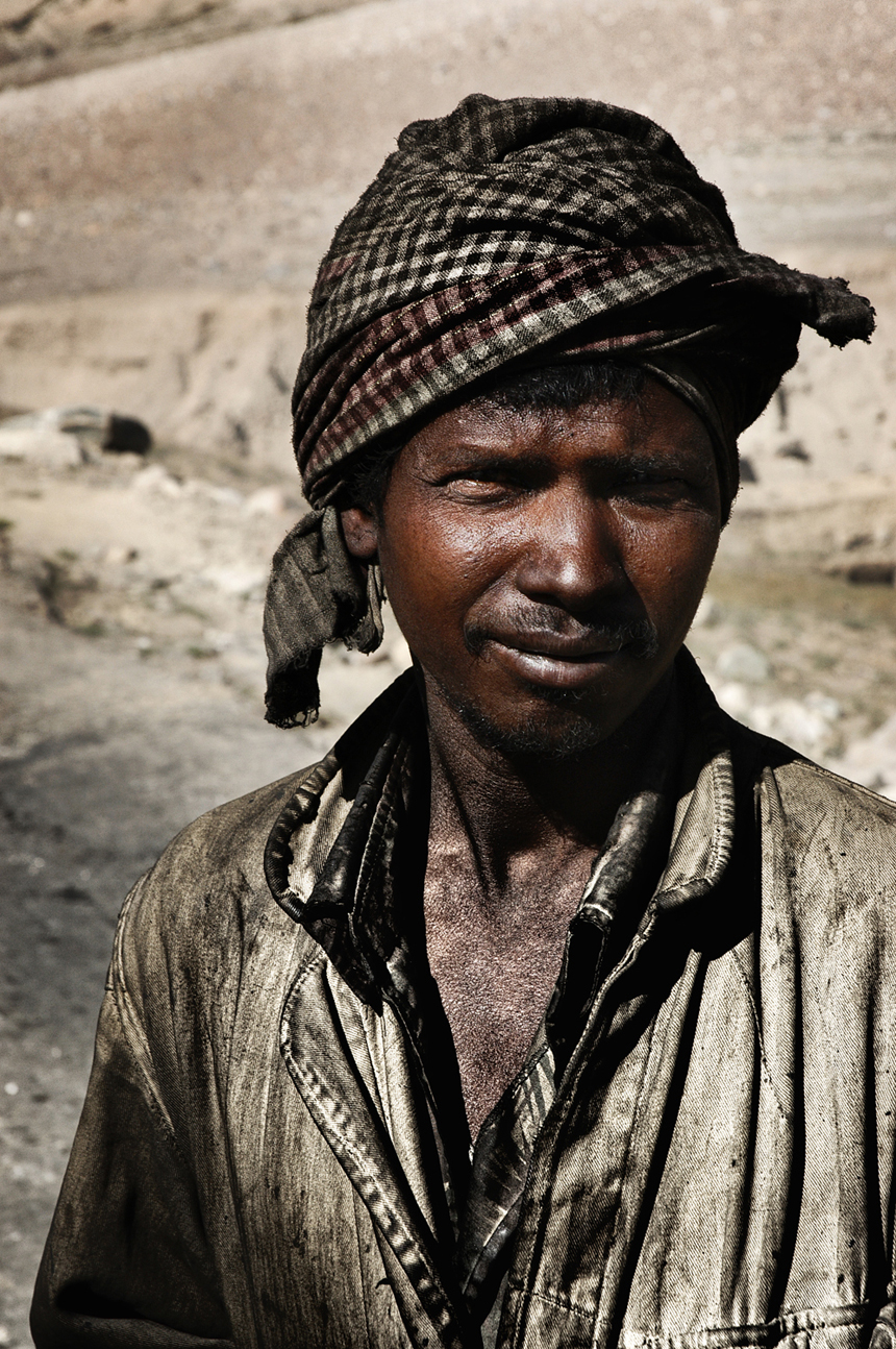 workers_india_by_peter_porta15_860.jpg