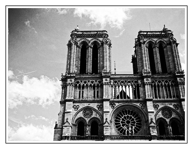 Notre Dame de Paris 💖 #notredamedeparis🇫🇷 #cathedralenotredame #paris #notredamedeparis  #paris #blackandwhite #blackandwhitephotography