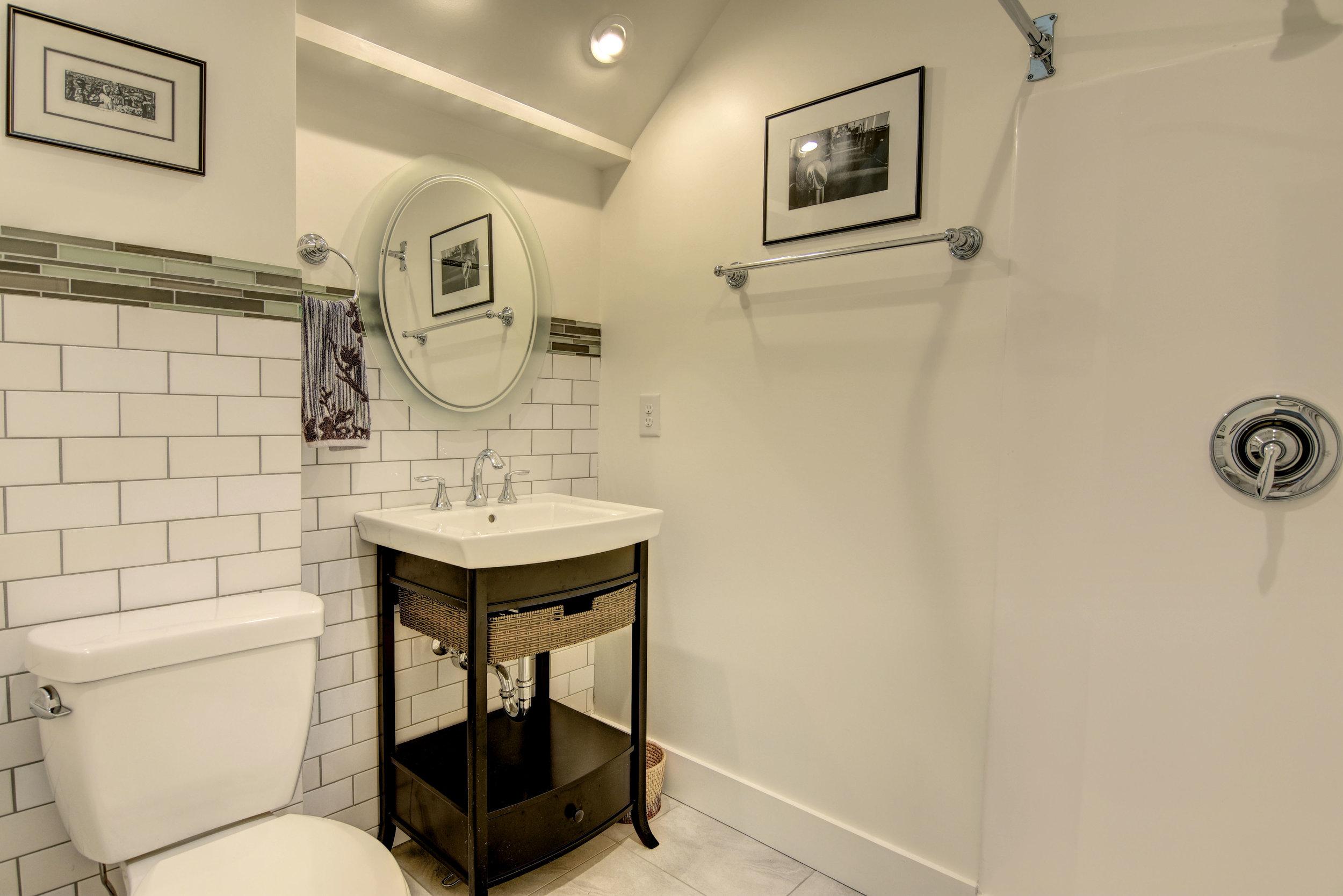 319 Hughes Cir Wilmington NC-print-019-28-Lower Level  Bathroom-4200x2803-300dpi.jpg
