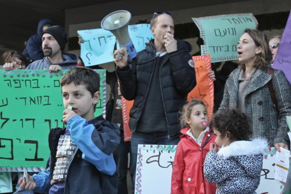 Ilan Grosman + parents, kids protest at TLV municipality.jpg