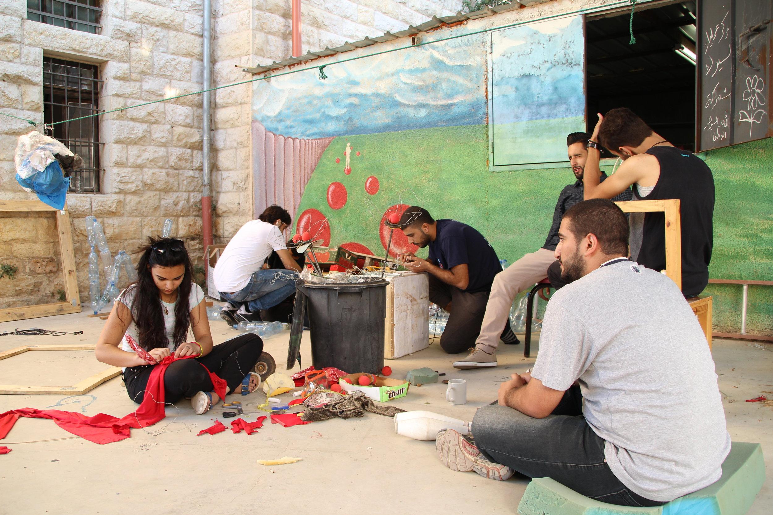 frivillige laver dekorationer.JPG