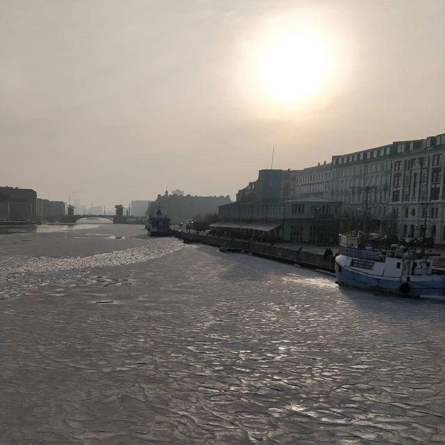 #Copenhagen canals are frozen - brrrr...!!! Beautiful though! #nofilter #wintercopenhagen #winterwonderland #exploringcopenhagen