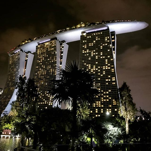 A scene from #startrek ? No - It's the #marinabaysandshotel. 30,000 people can watch the skyline of #singapore from the open rooftop terrace #exploringsingapore #extraordinarybuildings #architecture